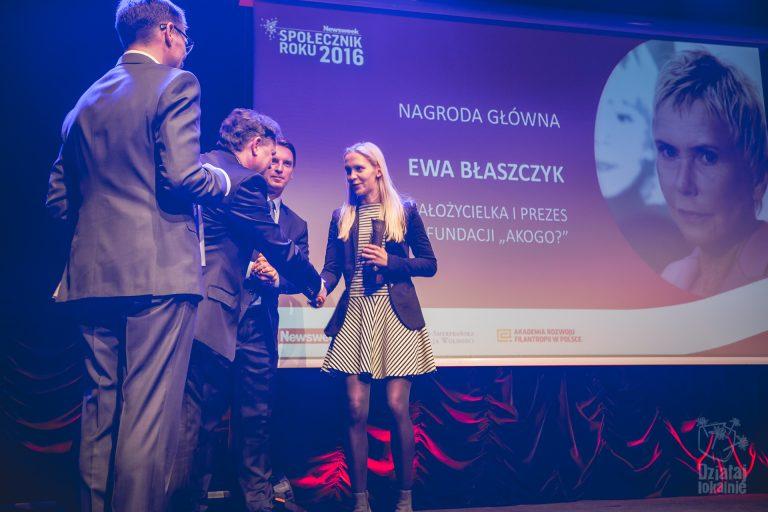 Nagrodę Społecznik Roku, w imieniu Ewy Błaszczyk, odbiera jej córka
