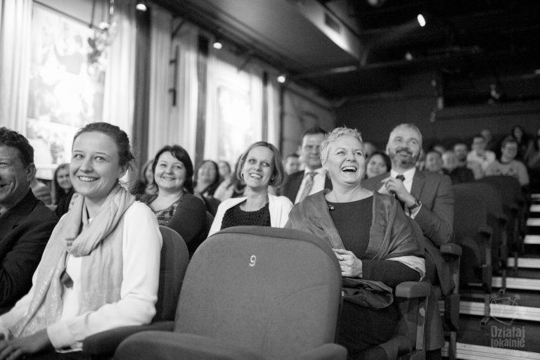 Uśmiechnięte osoby na widowni podczas gali
