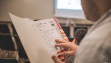 Osoba czytająca program szkolenia