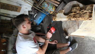 Wykonywanie replik narzędzi przez członka Bractwa Rycerskiego Zamku Lubawa