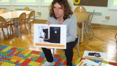 Prowadzący warsztaty fotograficzne podczas pierwszego spotkania z przedszkolakami