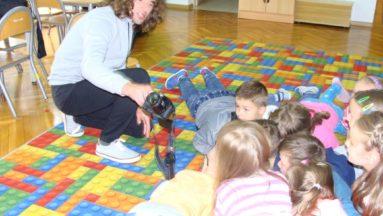 Dzieci podczas warsztatów fotograficznych