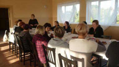 Uczestnicy warsztatów kulinarnych przed rozpoczęciem spotkania