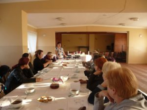 Przedstawienie uczestnikom warsztatów ogólnych zasad dekoracji stołów