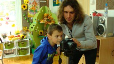 Chłopiec robiący zdjęcie