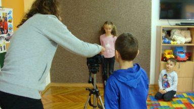 Prowadzący uczy najmłodszych jak zrobić zdjęcie