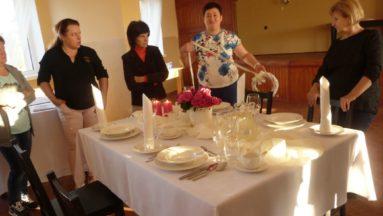 Uczestnicy warsztatów kulinarnych z prowadzącą Panią Iloną Grabowską