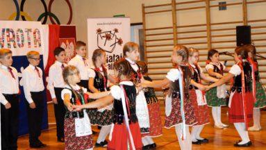 Polonez w wykonaniu uczniów z Zespołu Szkół w Chałupkach