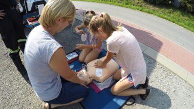 Całe rodziny próbują nauczyć się pierwszej pomocy