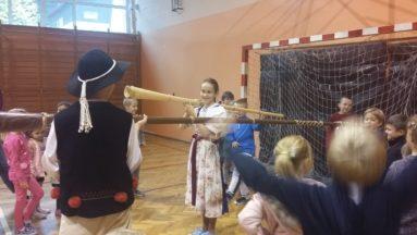 Dzieci podczas warsztatów miały sposobność zadąć w trombitę.