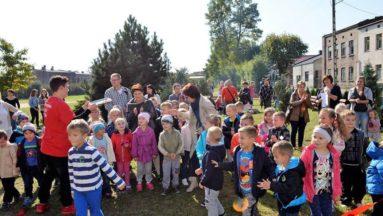 Uczestnicy uroczystości na nowo otwartym placu zabaw