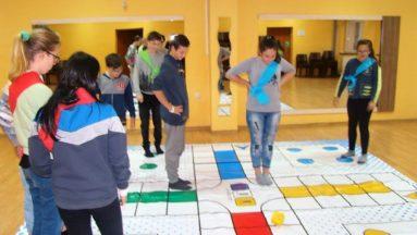 Gra, w której pionkami są gracze, pozwala na jednoczesne zaangażowanie 16 osób. Fot. GOK