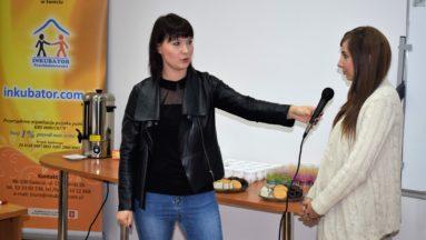 Pani redaktor TVP Bydgoszcz prezentuje jak trzymać mikrofon
