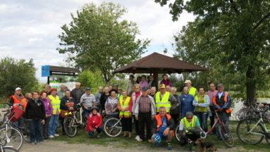 Zdjęcie grupowe seniorów tuż przed rajdem rowerowym.