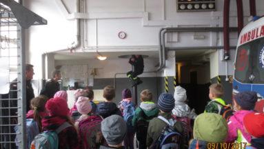 Zawodowi strażacy pokazali dzieciom jak wygląda ich praca.