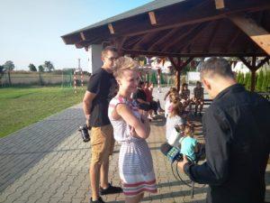 Zdjęcie przedstawia młodą kobietę udzielającą wywiadu dziennikarzowi zRadia Opole
