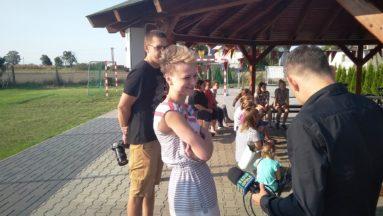 Zdjęcie przedstawia młodą kobietę udzielającą wywiadu dziennikarzowi z Radia Opole