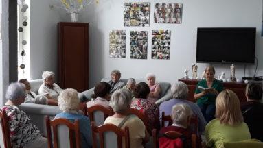 """Pensjonariusze Dziennego Domu Opieki Społecznej """"Florencja"""" w Świeciu podczas spotkań czytelniczych"""