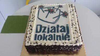 Tort z logotypem programu Działaj Lokalnie