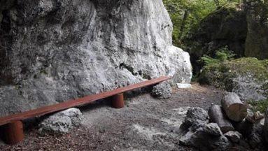 Ławeczka przy skałach Pawloki