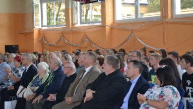 W spotkaniu brała udział społeczność szkolna z terenu Gminy Białobrzegi, mieszkańcy, przedstawiciele władz