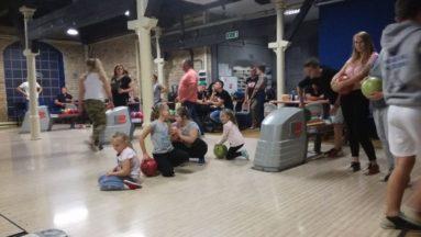 Najmłodsi uczestnicy wyjazdu graja w kręgle