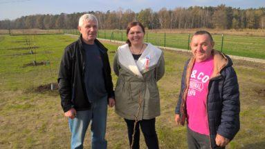 Od lewej: Ditmar Gawlista (Wawelno), Jadwiga Wójciak (prezes partnerstwa Borów Niemodlińskich) i Józef Kremer (Wawelno) przy nowym sadzie w Wawelnie