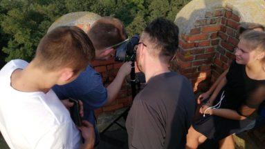Robienie zdjęć z wieży zamku prochowickiego