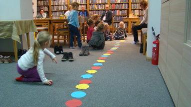 Układanie ścieżki z kolorowych kółek