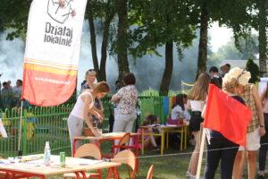 Zdjęcie przedstawia uczestników wydarzenia. Wtle widać baner zlogiem programu Działaj Lokalnie.