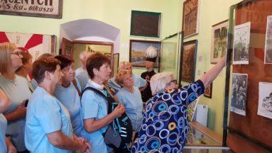 Zdjęcie przedstawia grupę seniorów podczas oprowadzania po muzeum.