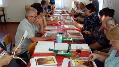 Zdjęcie przedstawia uczestników warsztatów podczas pracy nad ikonami.