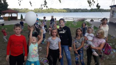 Zdjęcie przedstawia grupę dzieci pozujących do zdjęcia.
