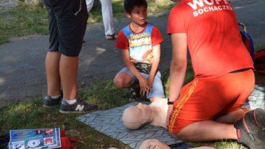 Na zdjęciu ratownik WOPR demonstruje pierwszą pomoc na manekinie.