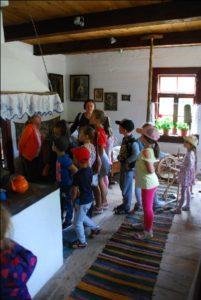 Zdjęcie przedstawia grupę dzieci podczas oprowadzania pomuzeum.