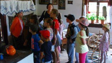 Zdjęcie przedstawia grupę dzieci podczas oprowadzania po muzeum.