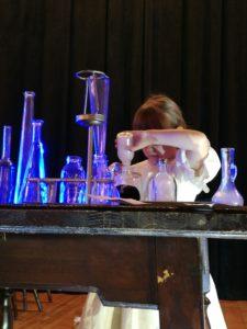 Zdjęcie przedstawia aktorkę biorącą udział wspektaklu.