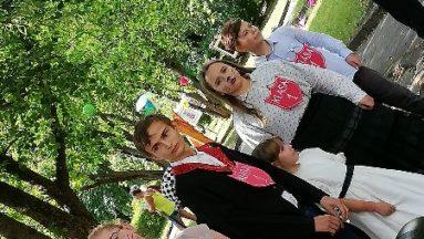 Zdjęcie przedstawia młode osoby w przebraniach, stojące w szeregu.