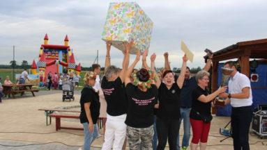 Zdjęcie przedstawia członkinie KGW Nacmierz, celebrujące swoje zwycięstwo.