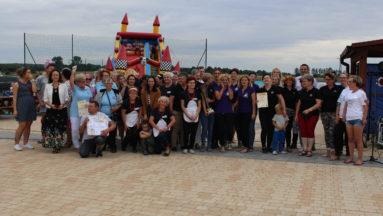 Zdjęcie przedstawia członkinie nagrodzonych KGW, pozujące do zdjęcia.