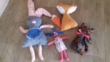 Zdjęcie przedstawia cztery maskotki wykonane przez uczestników projektu.