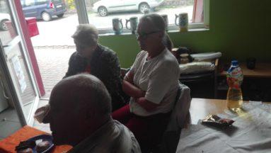 Zdjęcie przedstawia osoby we wnętrzu, słuchające wykładu.