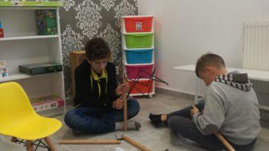Dzielne chłopaki składają meble