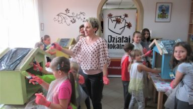 Malowanie domków na książki przez najmłodszych uczestników projektu
