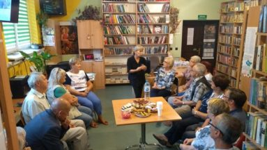 Spotkanie grupy ludzi w Bibliotece.