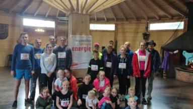 Uczestnicy biegu z numerami startowymi