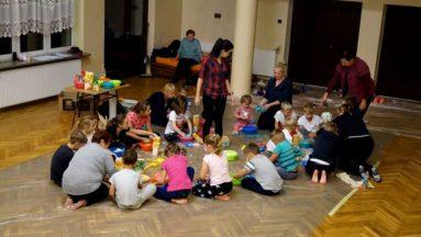 Niesztampowe warsztaty dla dzieci i seniorów to atut tego projektu.