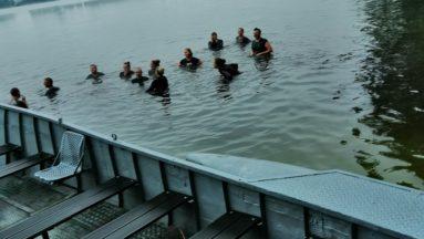 Desant uczestników do wody