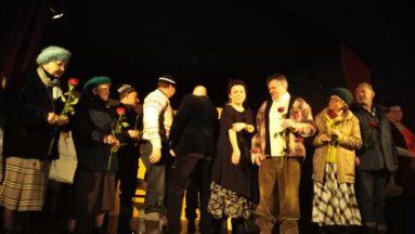 na scenie  Olga Tokarczuk z aktorami po spektaklu
