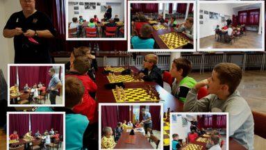 Zdjęcie to kolaż różnych ujęć z turnieju szachowego